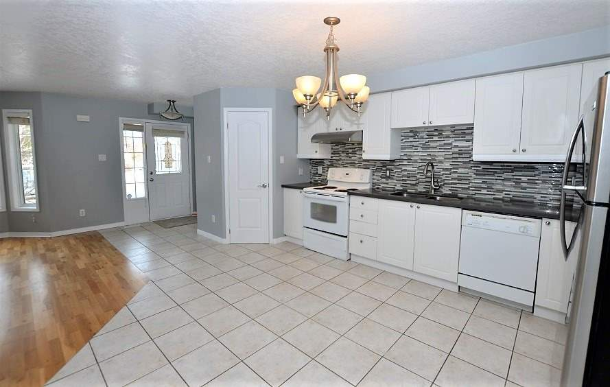 Image 7 of 13 showing inside of 3 Bedroom Att/Row/Twnhouse 2-Storey house for sale at 160 Montgomery Blvd, Orangeville L9W5B8