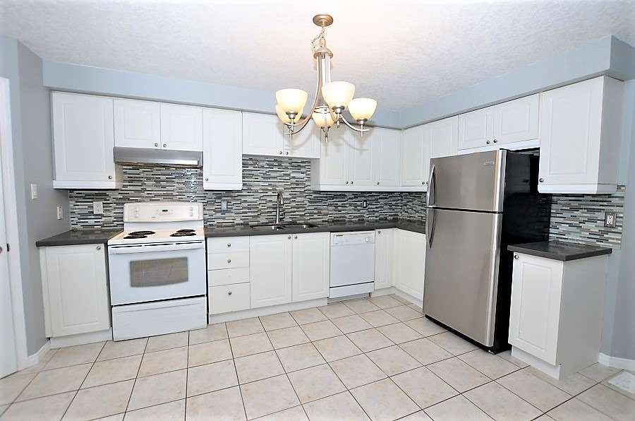 Image 8 of 13 showing inside of 3 Bedroom Att/Row/Twnhouse 2-Storey house for sale at 160 Montgomery Blvd, Orangeville L9W5B8
