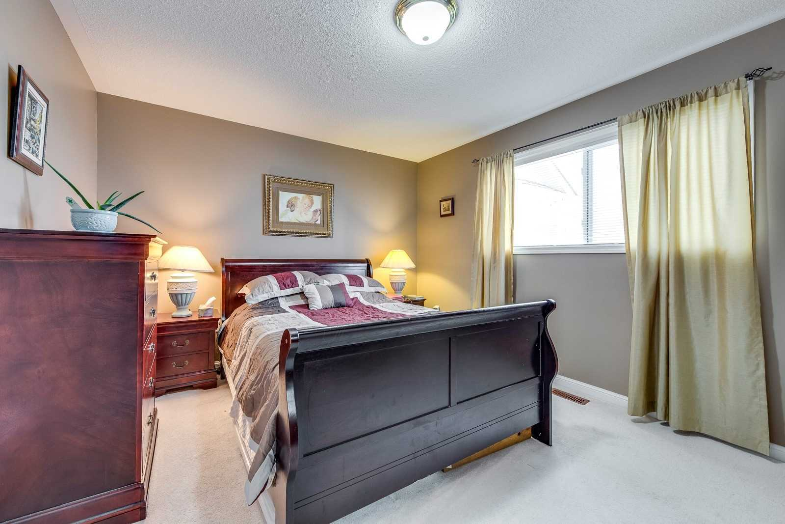 Image 4 of 20 showing inside of 3 Bedroom Att/Row/Twnhouse 2-Storey house for sale at 682 Edwards Ave, Milton L9T6B3