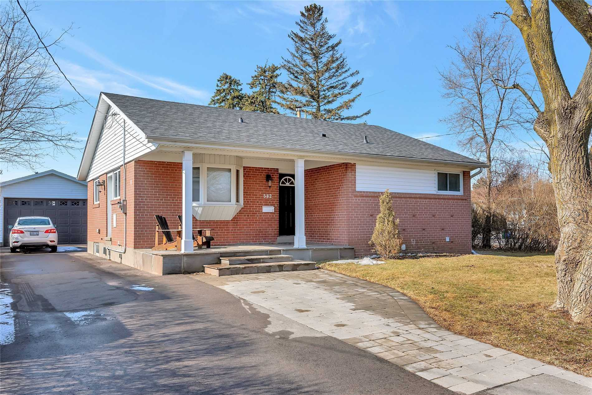 pictures of house for sale MLS: W4728749 located at 582 Warminster Dr, Oakville L6L4N5