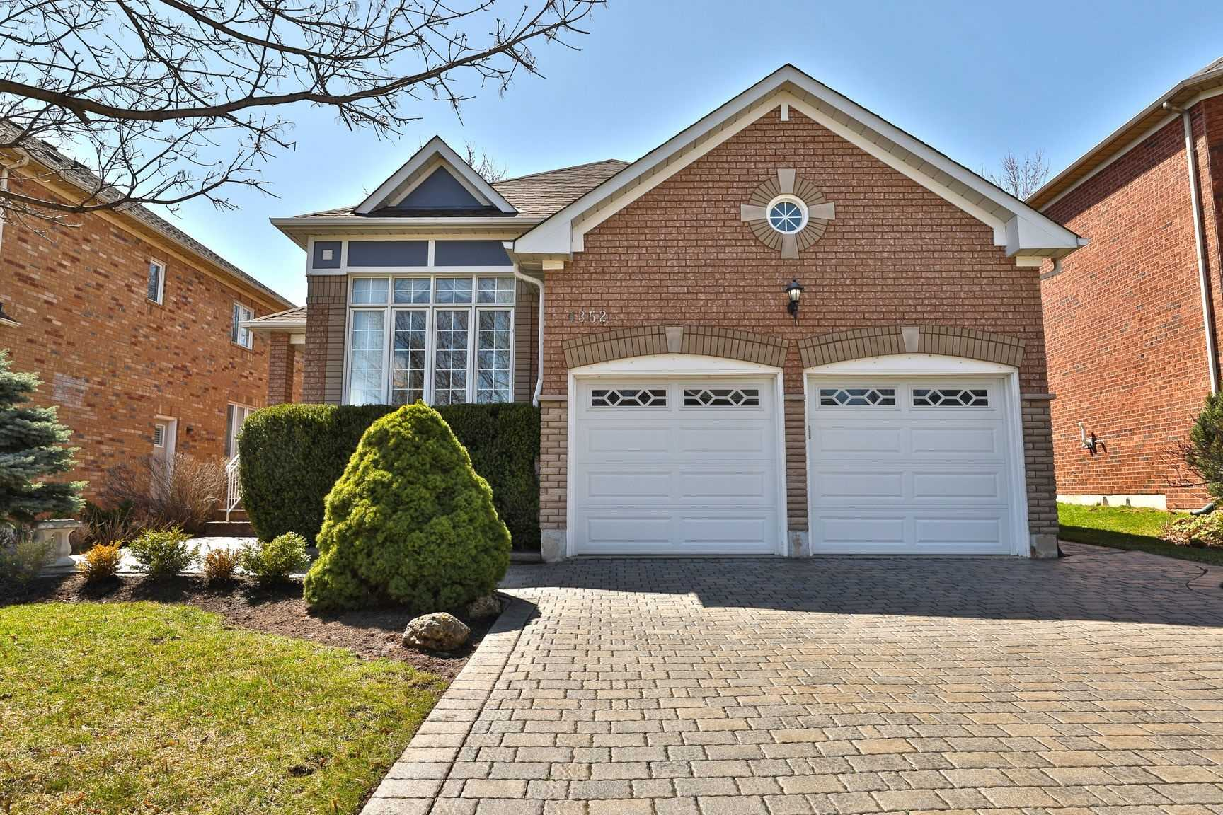 pictures of house for sale MLS: W4736164 located at 1352 Summerhill Cres, Oakville L6H6E3