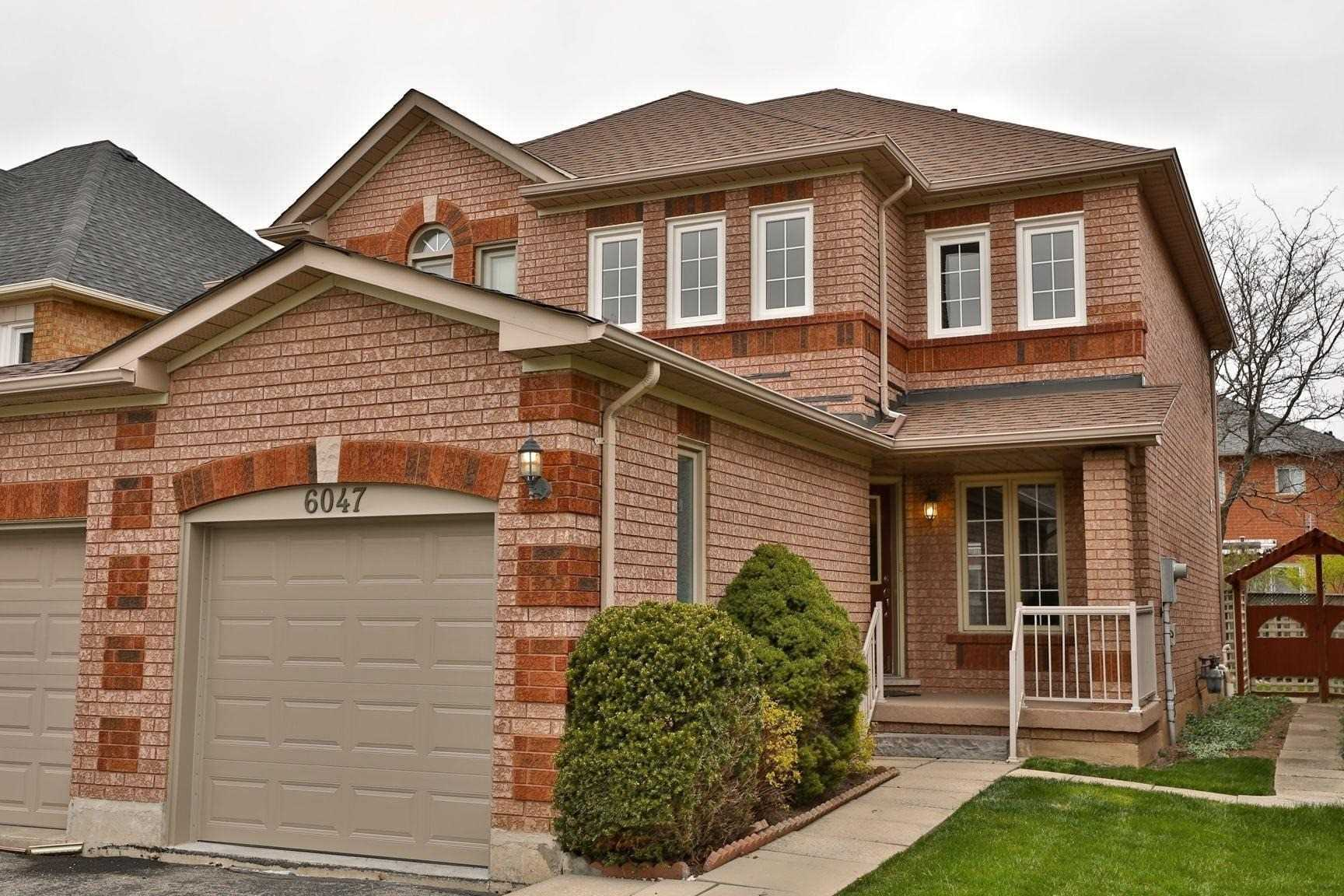 pictures of house for sale MLS: W4764775 located at 6047 Clover Ridge Cres, Mississauga L5N7B3