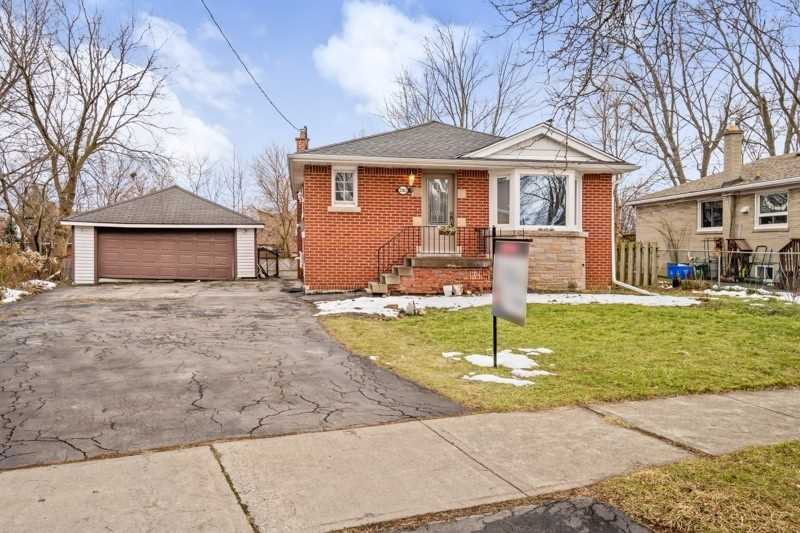 pictures of house for sale MLS: W5078922 located at 2362 Ruth Dene Cres, Burlington L7P1V2