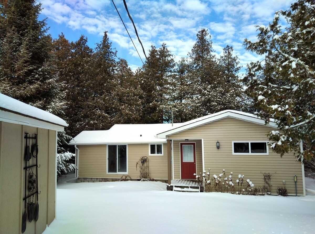 pictures of house for sale MLS: X4428193 located at 4 Wychwood Dr E, Kawartha Lakes K0M1N0