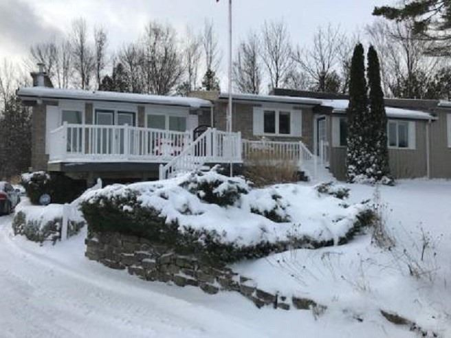 pictures of house for sale MLS: X4672454 located at 40 Miramichi Bay Rd, Saugeen Shores N0H2C6