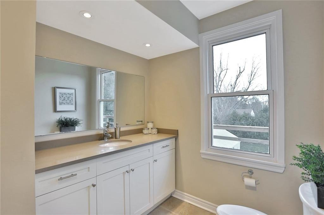 Image 10 of 20 showing inside of 3 Bedroom Detached 2-Storey house for sale at 23 Oak St, Grimsby L3M3G4