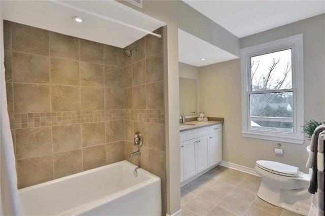 Image 11 of 20 showing inside of 3 Bedroom Detached 2-Storey house for sale at 23 Oak St, Grimsby L3M3G4