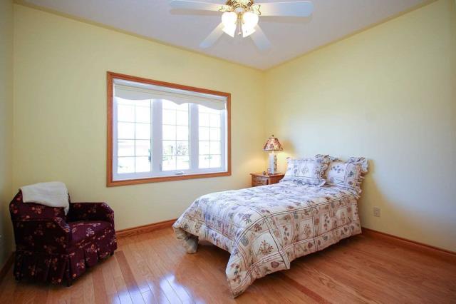 Image 2 of 19 showing inside of 2 Bedroom Detached Bungalow house for sale at 130 Weston Dr, Tillsonburg N4G5X1