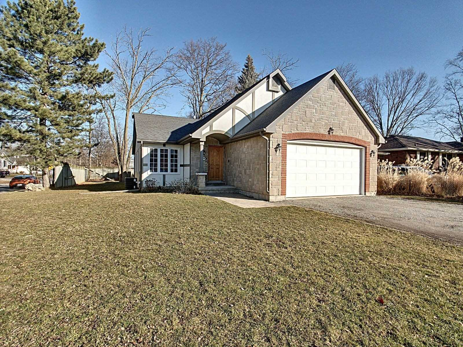 pictures of house for sale MLS: X4717131 located at 1890 Lakeshore Rd, Niagara-on-the-Lake L0S1J0
