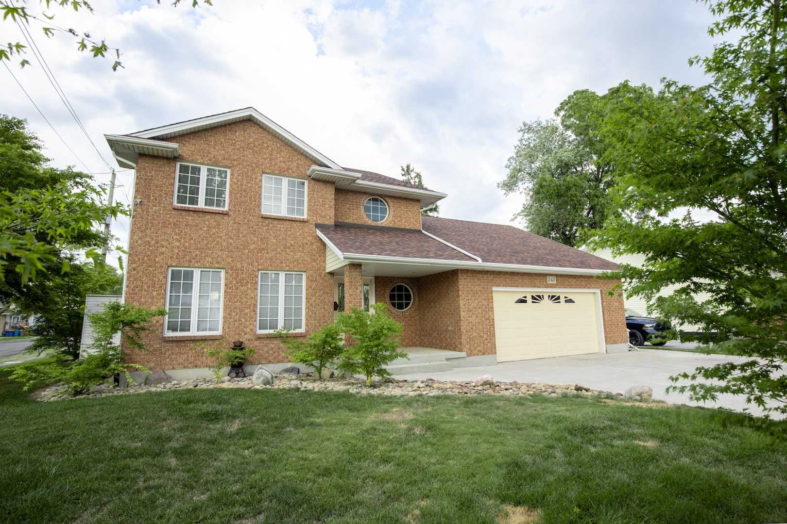pictures of house for sale MLS: X4916631 located at 242 Aqueduct St, Welland L3C1C4