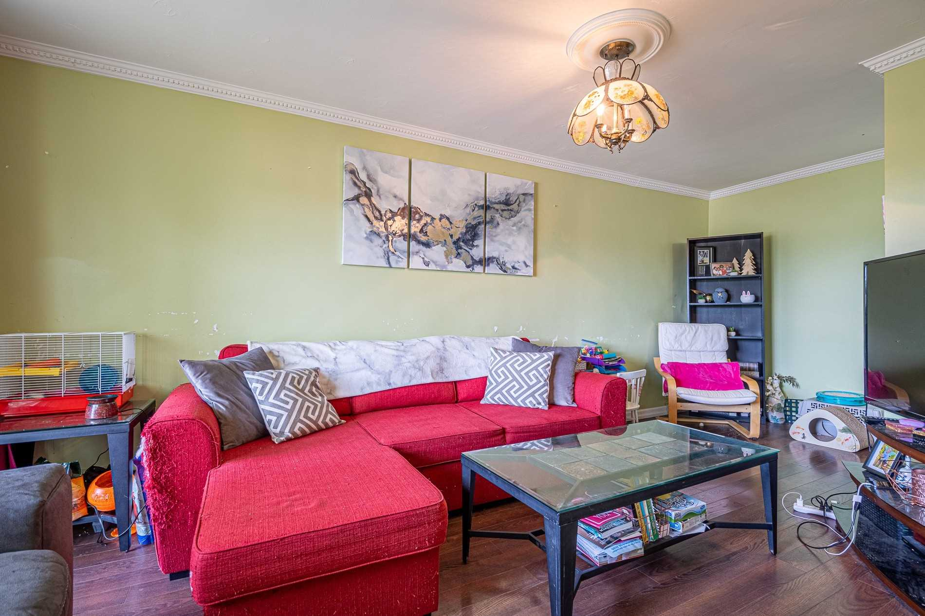 Image 8 of 13 showing inside of 2 Bedroom Condo Apt Apartment for Sale at 456 Carlton St Unit# 26, St. Catharines L2M4X1