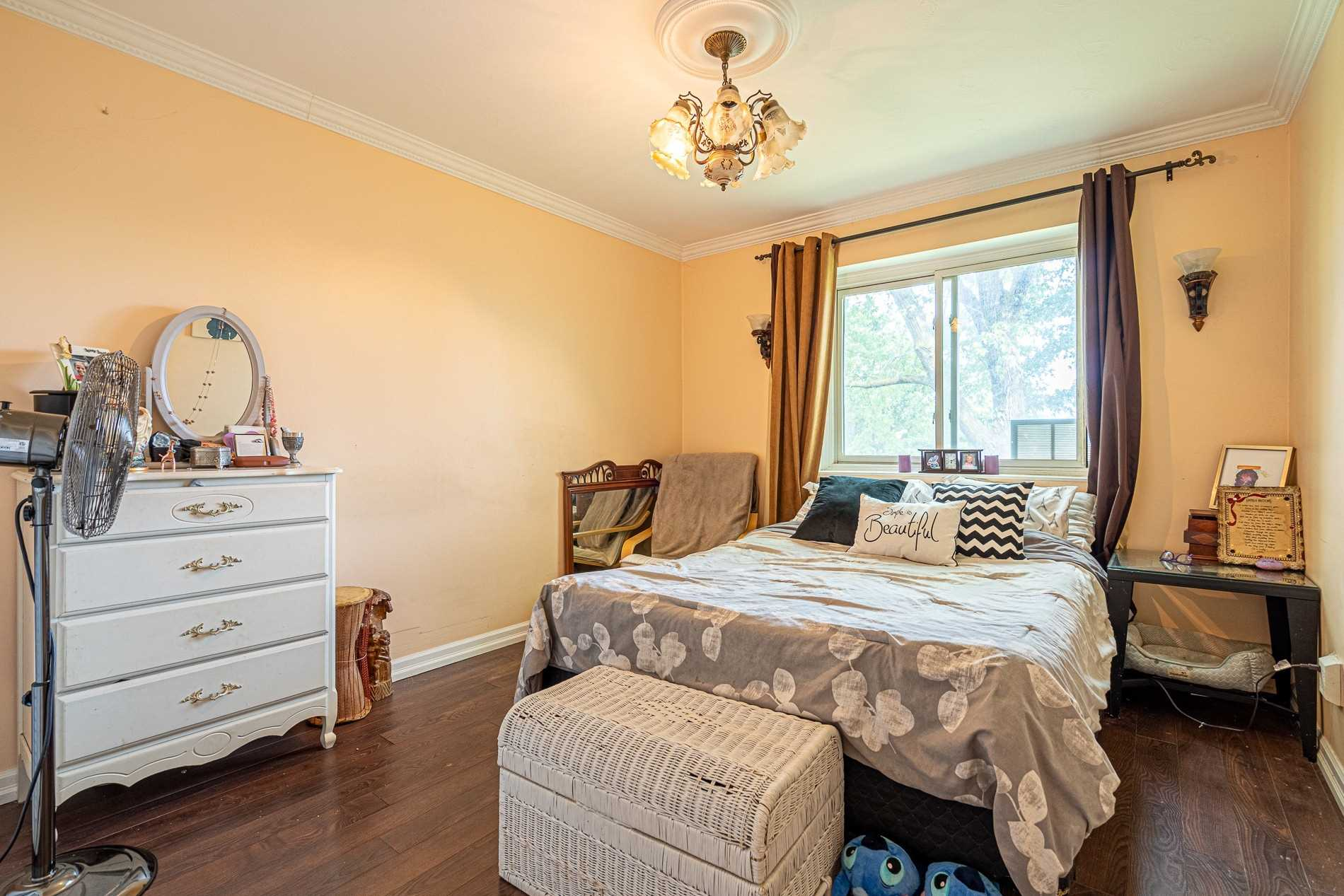 Image 11 of 13 showing inside of 2 Bedroom Condo Apt Apartment for Sale at 456 Carlton St Unit# 26, St. Catharines L2M4X1