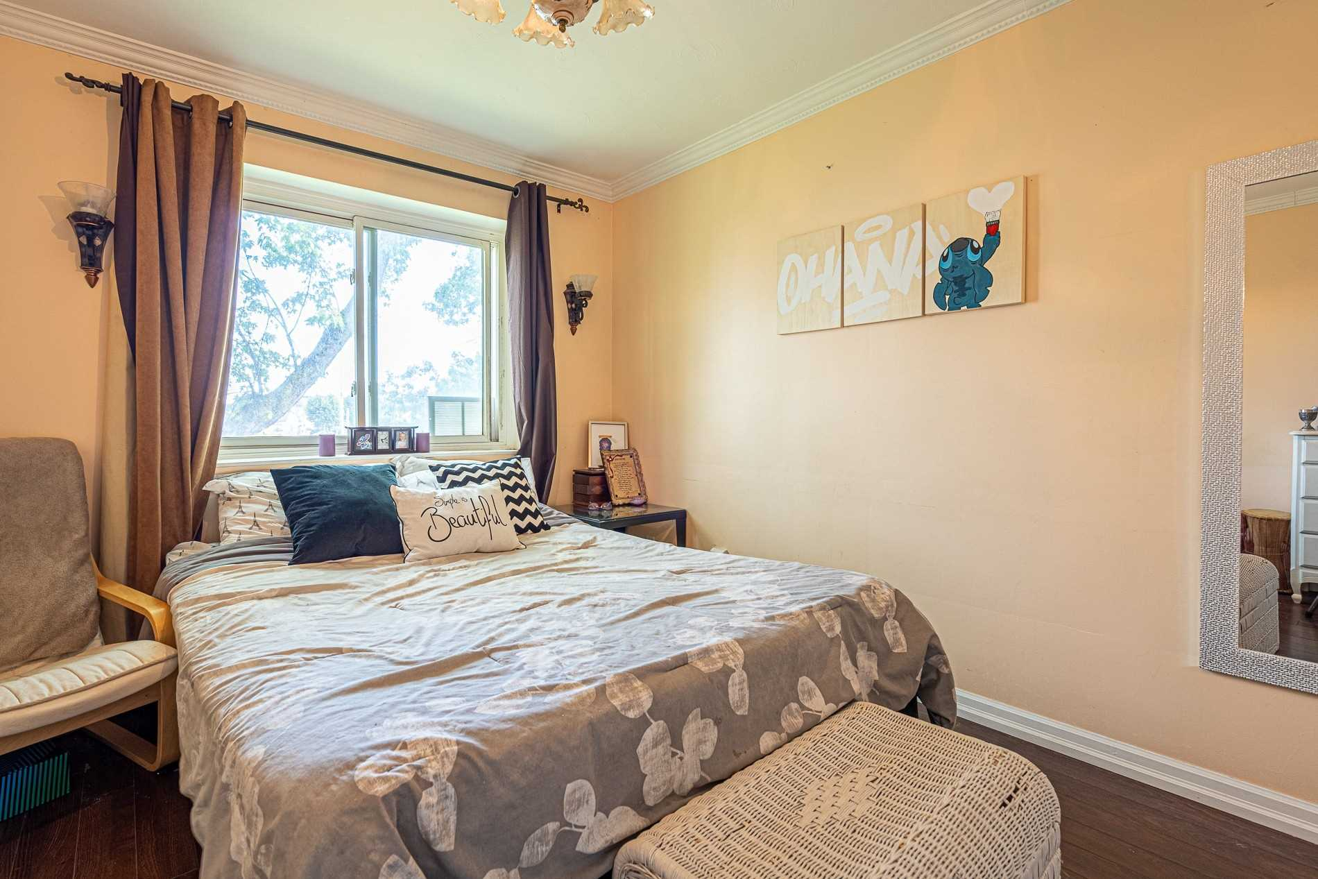 Image 12 of 13 showing inside of 2 Bedroom Condo Apt Apartment for Sale at 456 Carlton St Unit# 26, St. Catharines L2M4X1
